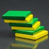 Morceaux en bois colorés pour la technique de tangram Photo libre de droits