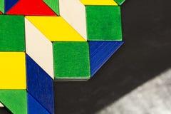 Morceaux en bois colorés pour la technique de tangram Images libres de droits