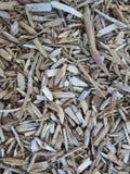 Morceaux en bois utilisés pour le paillis de jardin Photo stock