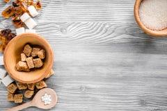 Morceaux et sucre de ponçage pour des bonbons sur la moquerie grise de vue supérieure de fond de table de cuisine  Images libres de droits