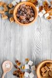 Morceaux et sucre de ponçage pour des bonbons sur la moquerie grise de vue supérieure de fond de table de cuisine  Images stock