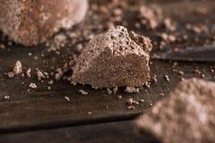 Morceaux interrompus de chocolat aéré Images stock