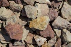 Morceaux multicolores de grande pierre d'ardoise sur une pente l'après-midi photo libre de droits