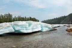 Morceaux posés de turquoise de glace sur la rivière Photo libre de droits