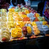 Morceaux thaïlandais de fruits dans l'enveloppe en plastique Images libres de droits
