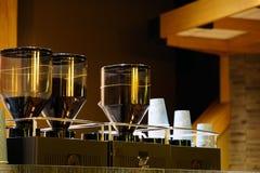 Morcellement de caf? et fin industriels de machine de filtre de caf? vers le haut de vue photo libre de droits