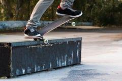 morcellement de patin avec la planche à roulettes image libre de droits