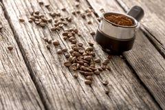 Morcellements frais de café et haricots rôtis Photos stock