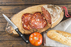 Morcon,西班牙香肠用面包和蕃茄 免版税库存图片