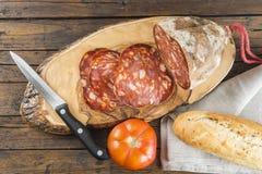 Morcon, una salchicha española con pan y el tomate imágenes de archivo libres de regalías