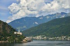 Morcote, Suiza - 4 de junio de 2017: Visión sobre el lago Lugano a la ciudad Morcote en Tesino, Suiza y la iglesia de Santa Maria Foto de archivo libre de regalías