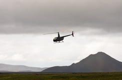 MORDALUR,冰岛- 2015年8月31日:医疗帮助的直升机在遥远的Mordalur农场 图库摄影