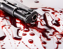 Mordbegrepp - vapen med blod på vit bakgrund Fotografering för Bildbyråer