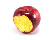 Mordedura roja de la manzana en el fondo blanco Foto de archivo