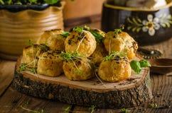 Mordeduras caseosas con queso verde y pimienta imagen de archivo libre de regalías