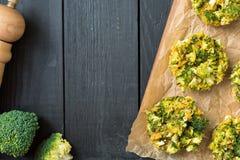Mordeduras cocidas deliciosas con las semillas del bróculi, del queso y de lino Fotos de archivo