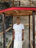 Morden drewniana statua Tau Tau Suaya jest falezy starym miejsce pochówku w Taniec Toraja Południowy Sulawesi, Indonezja Obrazy Stock