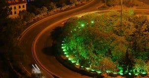 morden upptagen stads- trafik för timelapse 4k på planskilda korsningen på natten som är stads- byggnad, det QingDao porslinet stock video