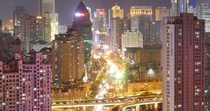 morden upptagen stads- trafik för timelapse 4k på planskilda korsningen på natten som är stads- byggnad, det QingDao porslinet arkivfilmer
