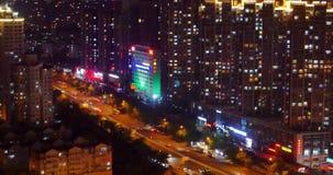 morden upptagen stads- trafik 4k på planskilda korsningen på natten som är stads- byggnad, det QingDao porslinet lager videofilmer