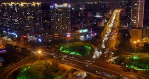 morden upptagen stads- trafik 4k på planskilda korsningen på natten som är stads- byggnad, det QingDao porslinet stock video