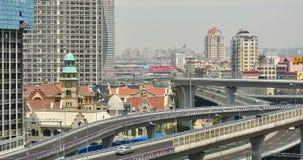 morden upptagen stads- trafik 4k på planskilda korsningen som är stads- byggnad, det QingDao porslinet stock video