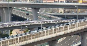 morden upptagen stads- trafik 4k på planskilda korsningen som är stads- byggnad, det QingDao porslinet lager videofilmer
