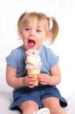 Mordendo o gelado Imagens de Stock