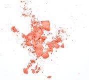 Mordentes e olho da composição Pó cosmético cor-de-rosa no branco fotografia de stock