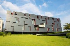 Mordern byggnad med den klassiska modellen, nytt Guangdong museum under blå himmel i den Guangzhou kantonen Kina Asien Arkivbilder