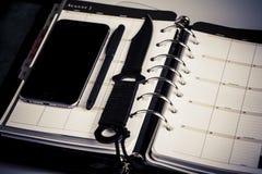 Morderstwa planistyczny pojęcie kalendarz, telefon komórkowy i nóż -, Fotografia Royalty Free