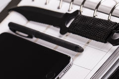 Morderstwa planistyczny pojęcie kalendarz, telefon komórkowy i nóż -, Zdjęcia Royalty Free