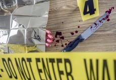 Morderstwo scena dla tnącej broni, krwawa ręka wraz z nożem z krwią zdjęcia stock
