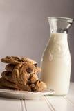 Mordida caseiro de Chip Cookies do chocolate tomada fora dela Foto de Stock Royalty Free