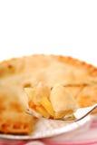 Mordida da torta de maçã em uma forquilha imagem de stock royalty free