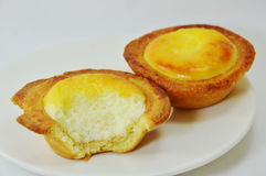 Mordida do pastel de nata do ovo no prato imagens de stock
