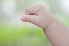 Mordida na mão do bebê Fotos de Stock Royalty Free