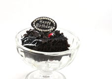 Mordida saboroso do bolo dos pedaços de chocolate do aniversário no vidro do gelado Fotografia de Stock Royalty Free