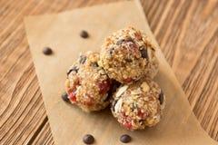 Mordidas deliciosas com cereja, arando, amêndoa e chocolate Imagens de Stock