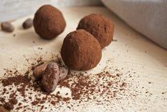 Mordidas do chocolate no colheres de madeira Foto de Stock