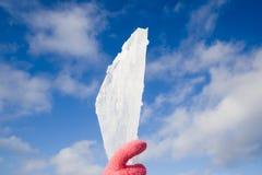 Mordido do gelo à disposicão no fundo do céu Imagem de Stock