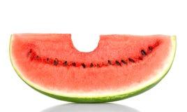 Mordido em uma fatia doce da melancia, vista dianteira, sobre o branco Imagem de Stock