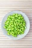 Mordiscos de Edamame, habas verdes hervidas de la soja Foto de archivo libre de regalías