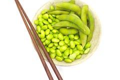 Mordiscos de Edamame, habas verdes hervidas de la soja, comida japonesa Imagen de archivo libre de regalías