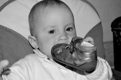 Mordiscos lindos del bebé en su zapato fotografía de archivo