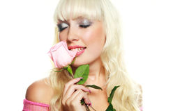 Mordre blond de femme une rose photos stock