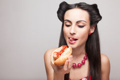 Mordre outre d'un modèle de sourire de pin-up de hot-dog Photos libres de droits