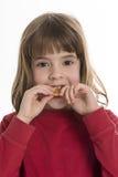 Mordre un biscuit image libre de droits