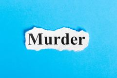 Mordtext auf Papier Wort-Mord auf einem Blatt Papier Figürchen, die auf dem Recht und dem Rest auf einem lizenzfreie stockfotografie