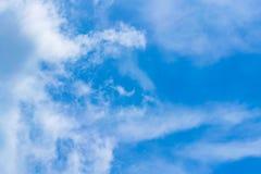 A mordu l'octet est un nuage d'or dans le nuage image stock
